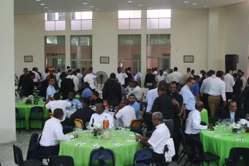 Sacerdotes almorzando en el encuentro del Seminario Santo Tomás de Aquino