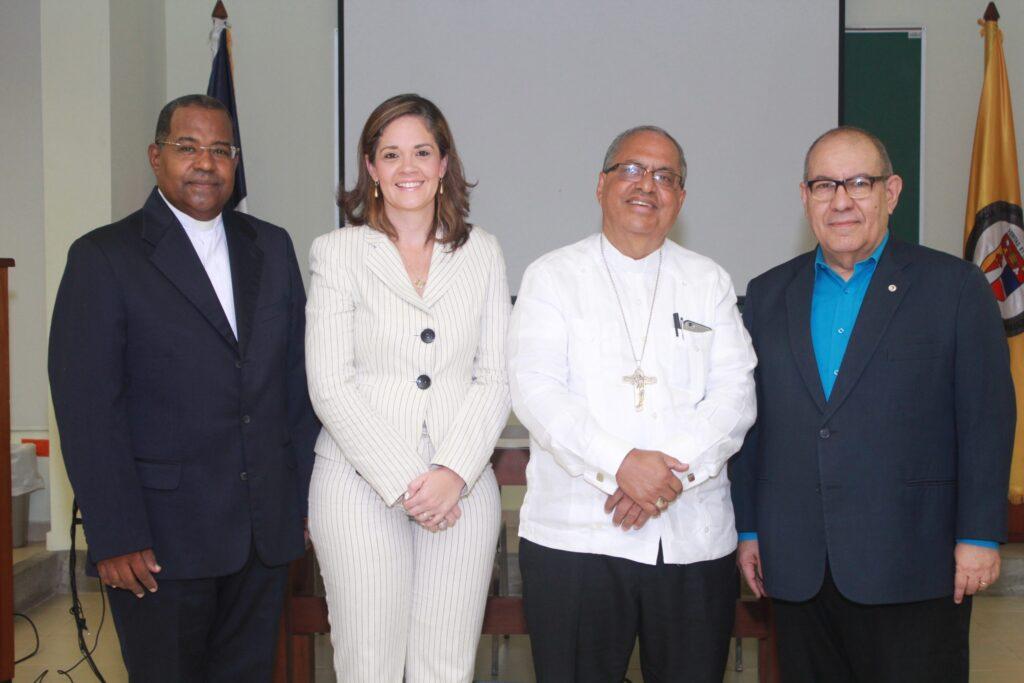 P. Julio Pascual, Luisa Taveras, Mons. Benito Ángeles y David Álvarez.