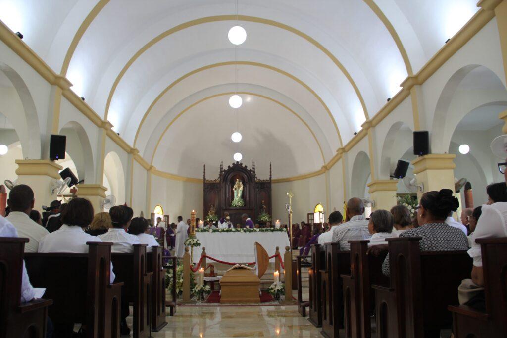 Los restos del primer obispo de la Diócesis de Barahona, Monseñor Fabio Mamerto, fueron sepultados ayer martes 14 de agosto de 2018.